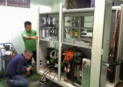 Operai al lavoro Posadinu - Vendita e assistenza condizionatori - Pompe di Calore - ricambi Aermec in Sardegna - Sassari Olbia Tempio - Nuoro Oristano Cagliari.